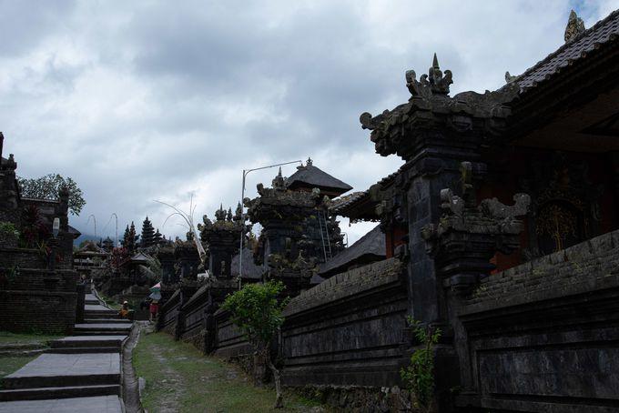 聖なる山に連なる塔の絶景・ブサキ寺院
