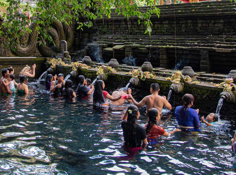バリで本格的な沐浴を体験しよう!由緒ある寺院ティルタ・ウンプル