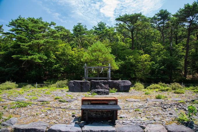 高千穂峰を背にする姿が美しい 霧島神宮古宮址