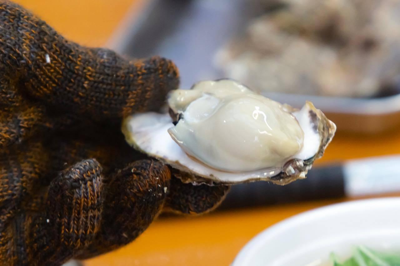 アツアツの焼き牡蠣をその場で食べられる!