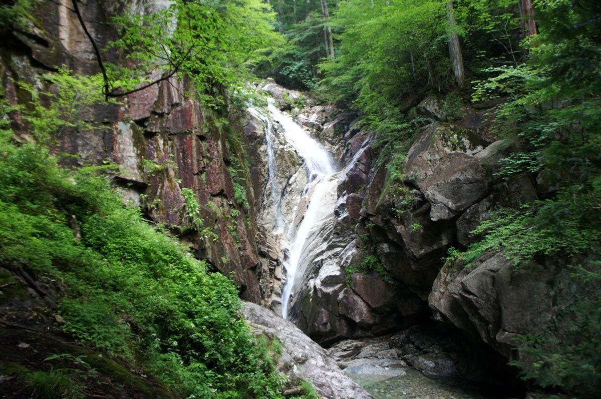 谷底に落ちる螺旋滝