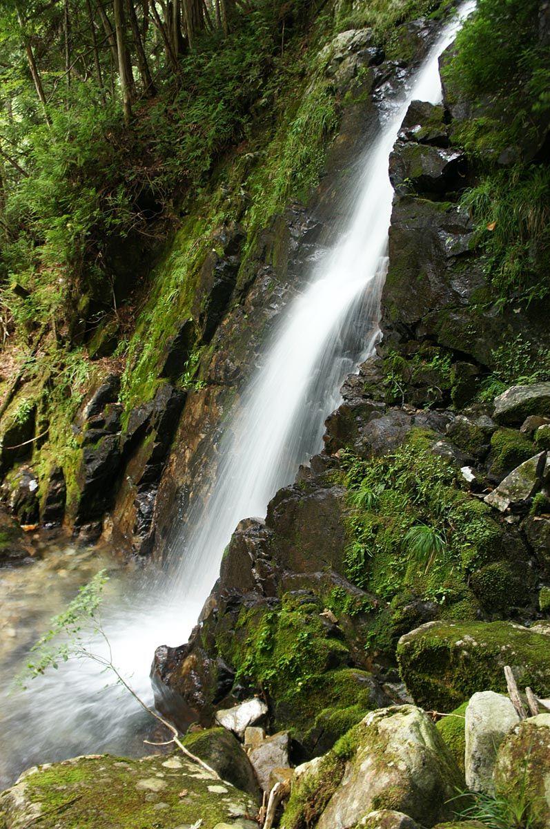 遊歩道の先にある六段の滝