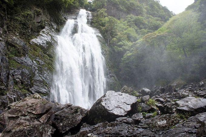 水煙立ち込める巨大な滝「千尋滝」