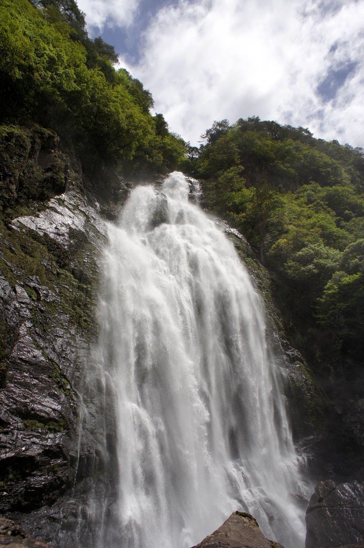 大雨の後の千尋滝は圧巻の迫力