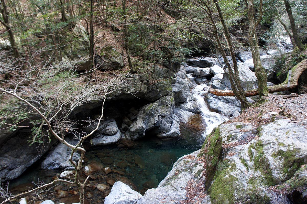 蛇行して流れる「蛇滝」