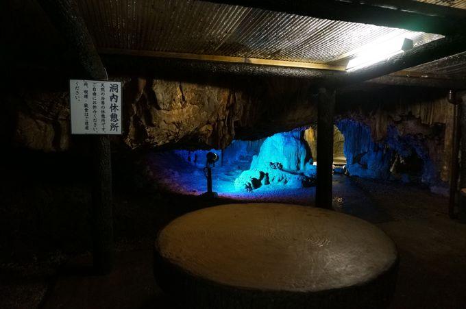 入るとびっくり、洞内の休憩所
