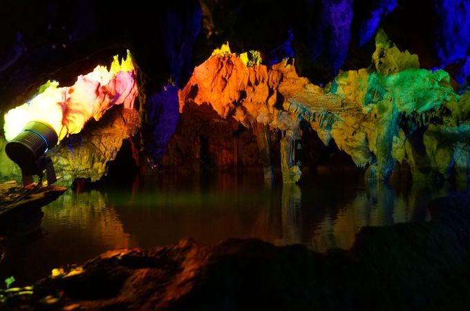 怪しく照らされた地底湖