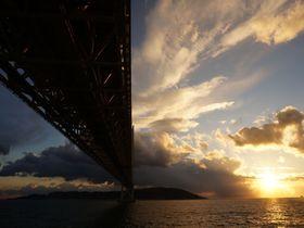実は穴場の夕焼けスポット!明石海峡大橋は下から見るのが美しい!