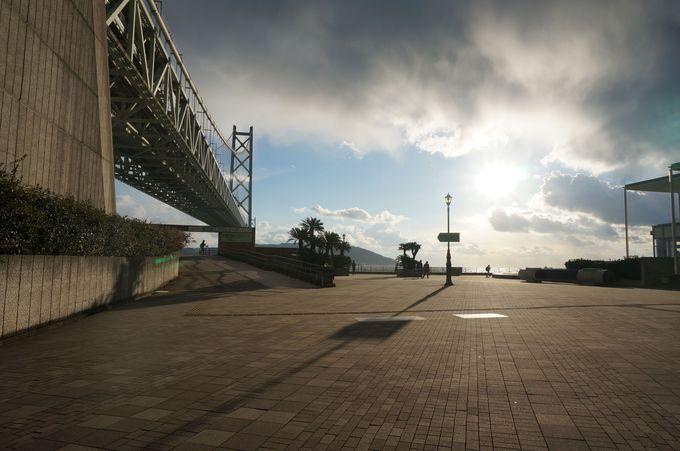 明石海峡大橋を見上げる舞子公園