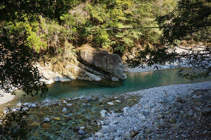 流れる川は日本屈指の清流「前鬼ブルー」