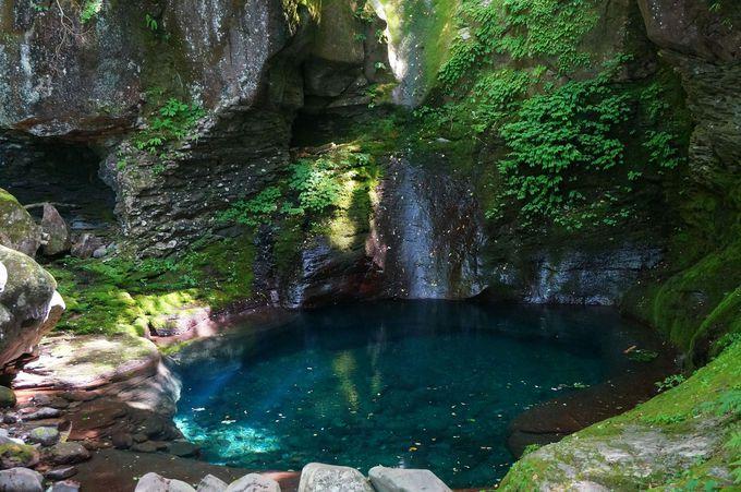 コバルトブルーの美しい滝壺「おしらじの滝」
