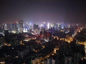 無数に散らばる星のような中国成都の夜景を望む「四川省テレビタワー」