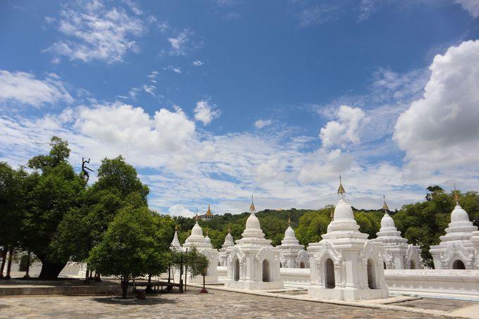白い仏塔が印象的な2つのパゴダ