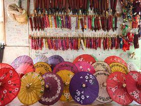 ミャンマーのピンダヤにある工房で紙と傘つくりを見学