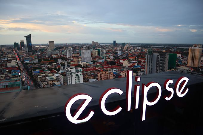 夕方:プノンペンのビルの上から見る夕日と夜景