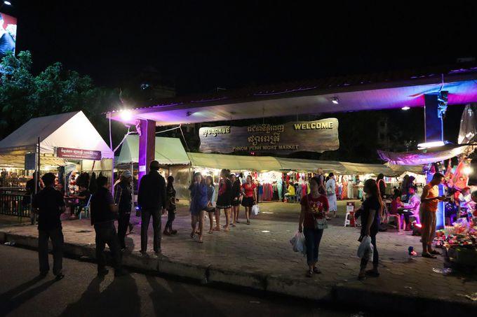 夜:夜ご飯は人々で賑わうナイトマーケットで