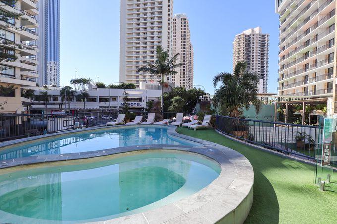 ホテルのような雰囲気のプールでのんびり