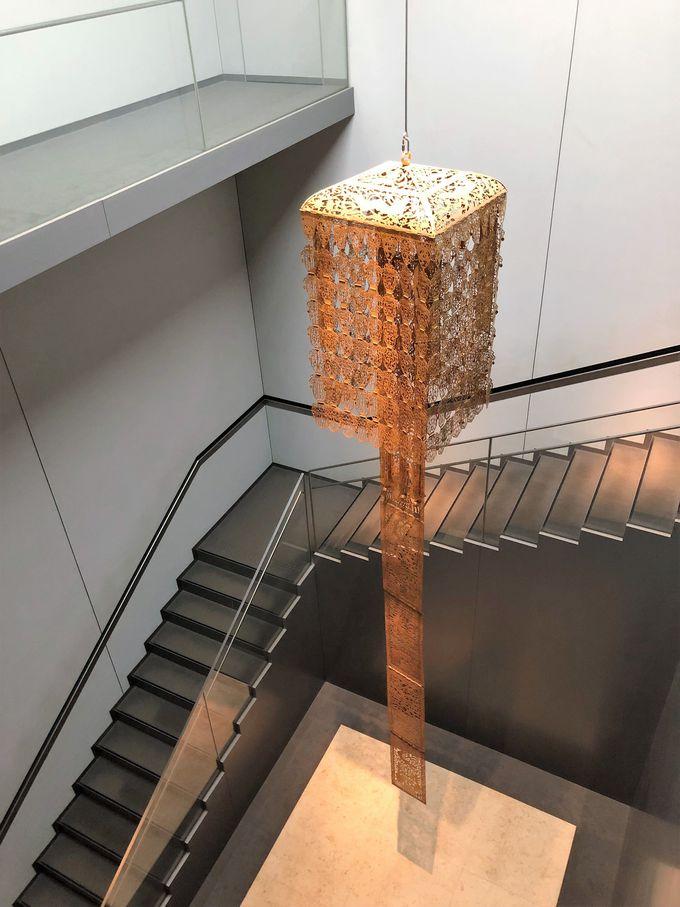 階段の吹き抜けの空間にも金銅灌頂幡が!そして2階へ…