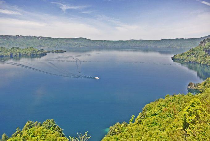 八甲田山の「龍」を抱く十和田湖