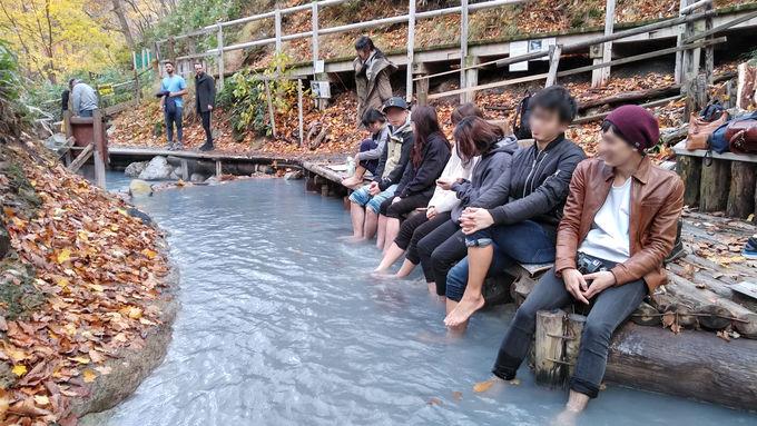 「天然足湯」でワイルドなアウトドア足湯入浴