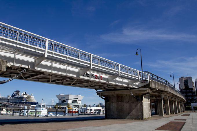 横浜港を一望する高架橋、山下臨港線プロムナード