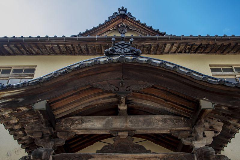 神社のような荘厳な駅舎、岩峅寺駅