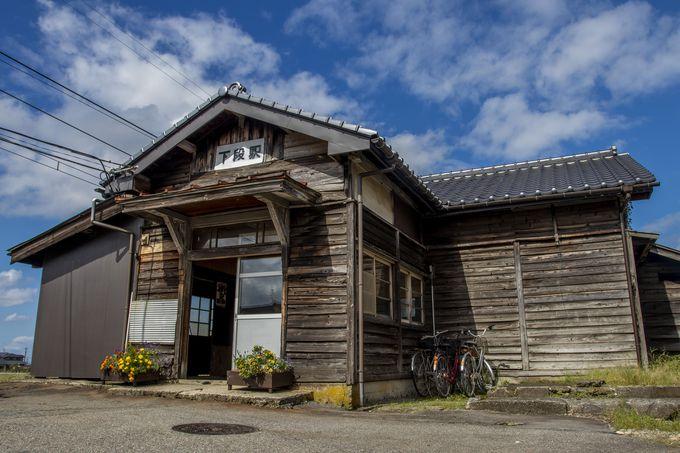 田園風景に溶け込む木造駅舎、下段駅