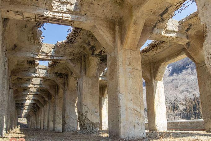古代遺跡のようにそびえるホッパー跡