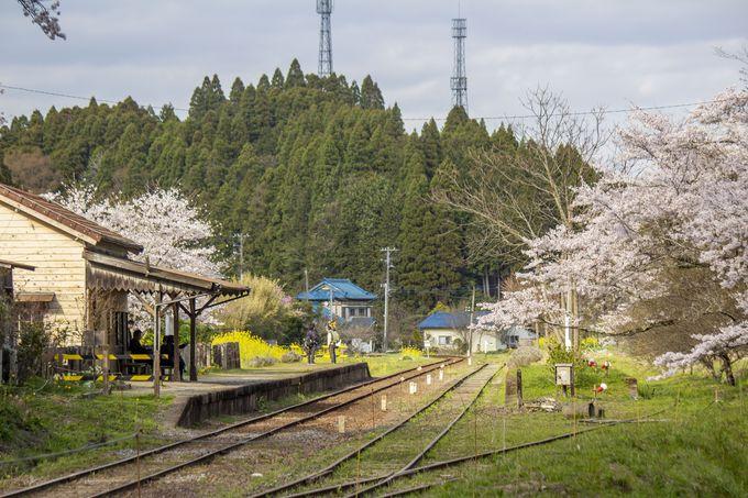 里山の小さな木造駅舎、月崎駅