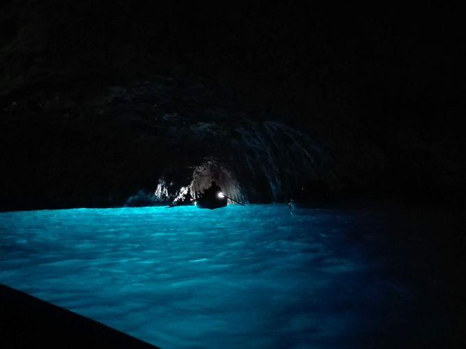 午前「青の洞窟」で感動の絶景ブルーに出会おう!