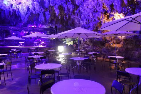 沖縄・あの有名洞窟が神秘的なBARに