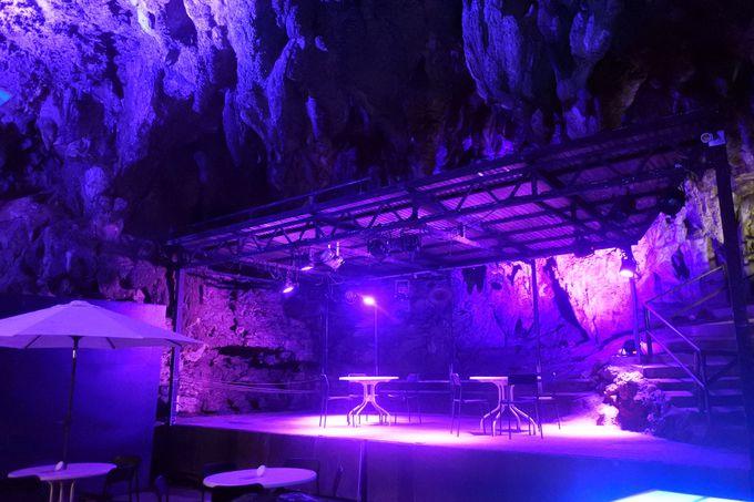 ライトアップされた古代の洞窟