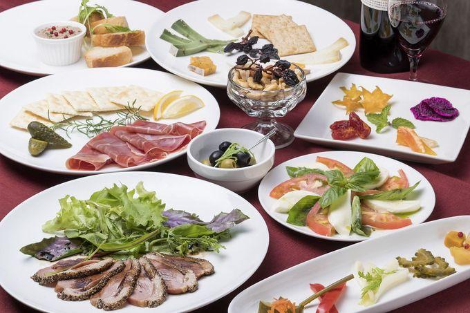 沖縄県産のフルーツやチーズと共にカクテルを
