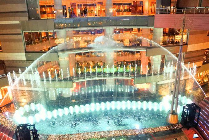 噴水のイルミネーションショーは輝く光と音の饗宴
