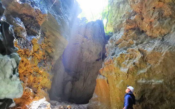 切り立ったフィッシャー(崖)を降りて洞窟探検!