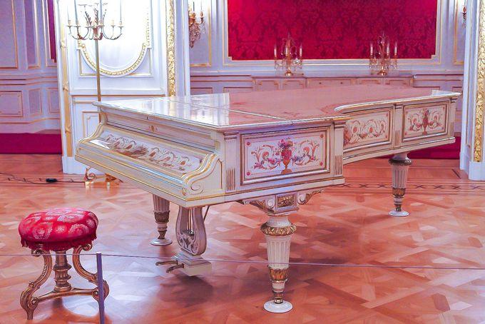 エラールピアノ特別展示も!「羽衣の間」で淑女気分