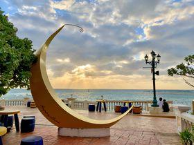 月のオブジェが映える!沖縄北谷「デポアイランド・ボードウォーク」
