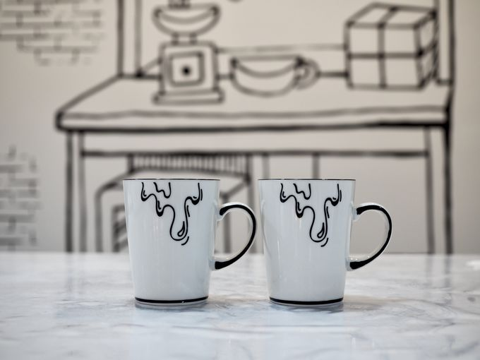 ドリンクやカップもモノクロ!カラフルな花茶も人気