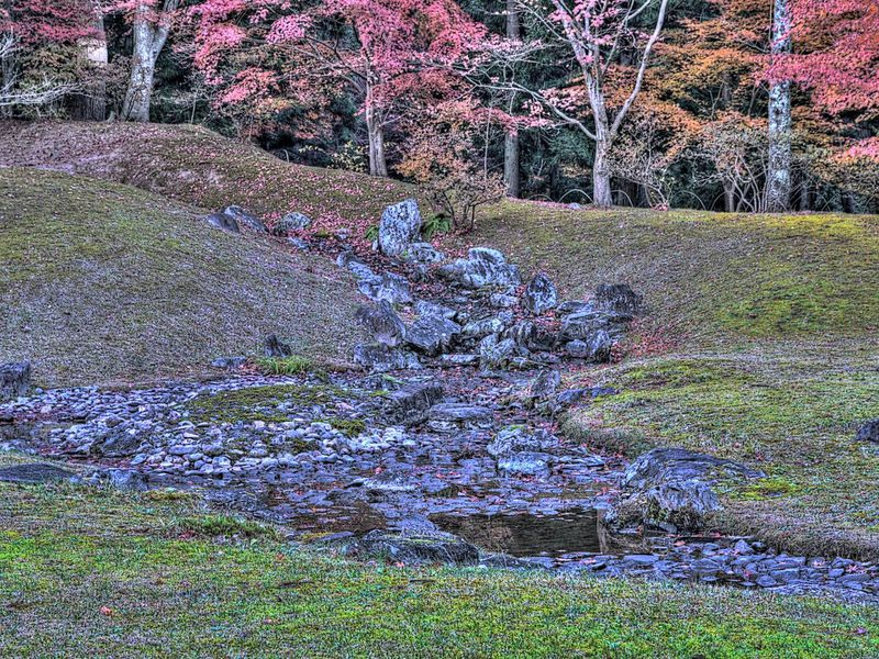 遣水の石をたつるにハ底石 水切の石 つめ石 横石 水こしの石あるべし