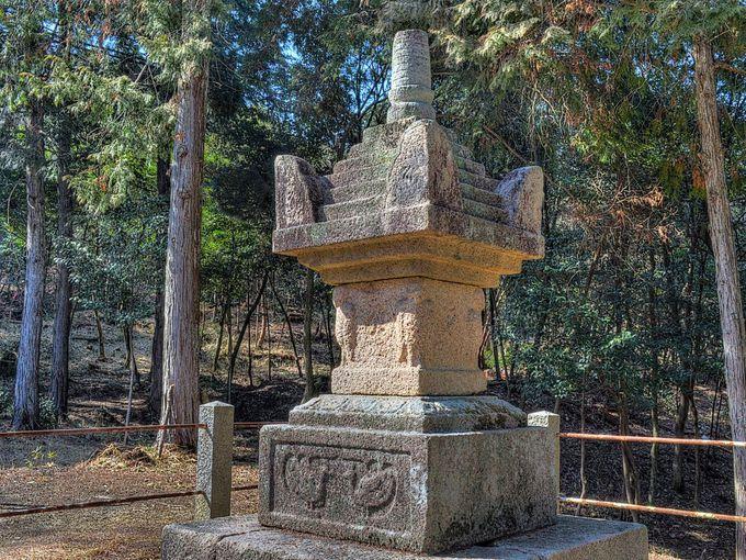 鏡神社宝篋印塔 〜 塔身四隅に鳥形の彫刻のある鎌倉時代の名品
