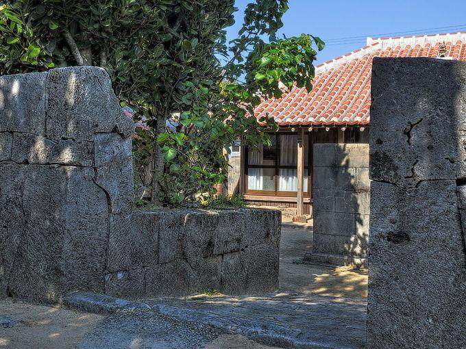 石垣で囲まれた屋敷地は昔のままの屋敷構