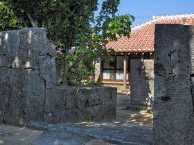 渡名喜島で昔ながらの集落景観を見る 〜 赤瓦屋根とフクギの屋敷林の伝統的集落は国選定の保存地区