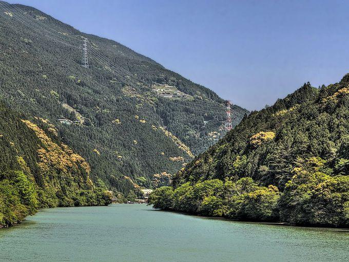 天竜川の両側に山地が広がる旧龍山村
