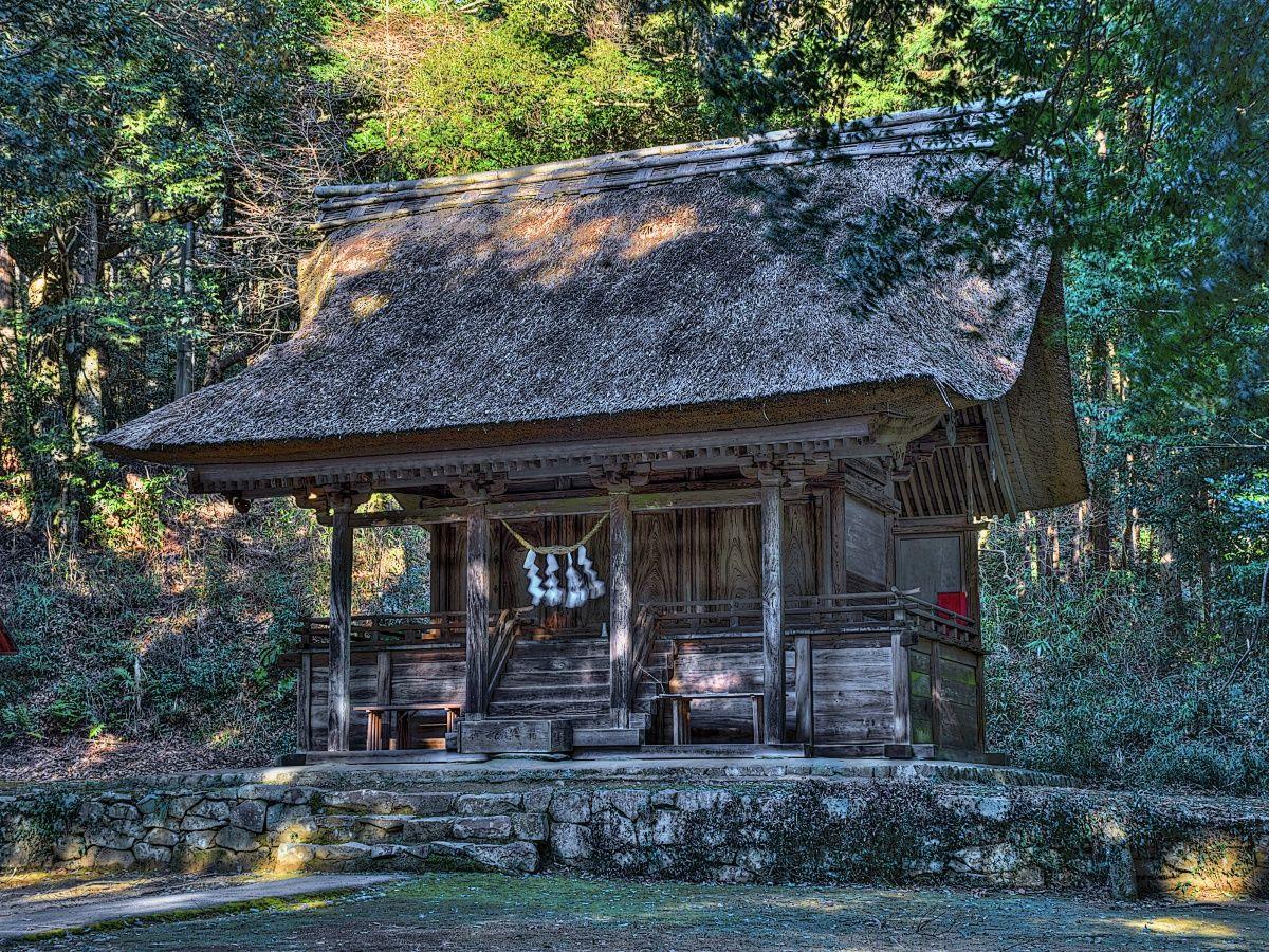 中世建築らしい装飾の綱神社本殿