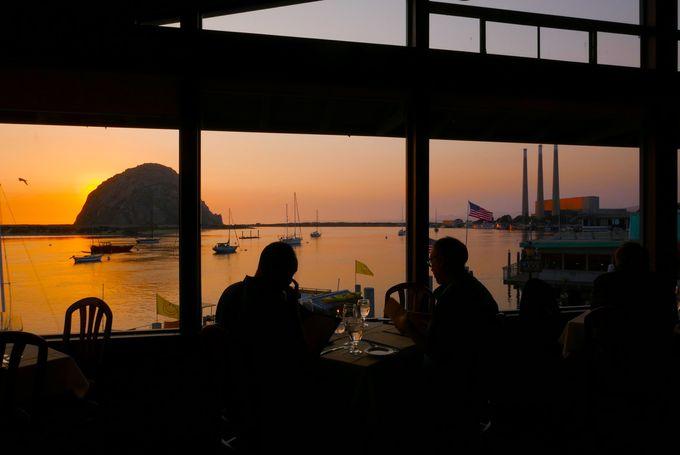 「ウインドウズ・オン・ザ・ウオーター」で夕日を見ながらおいしいシーフード