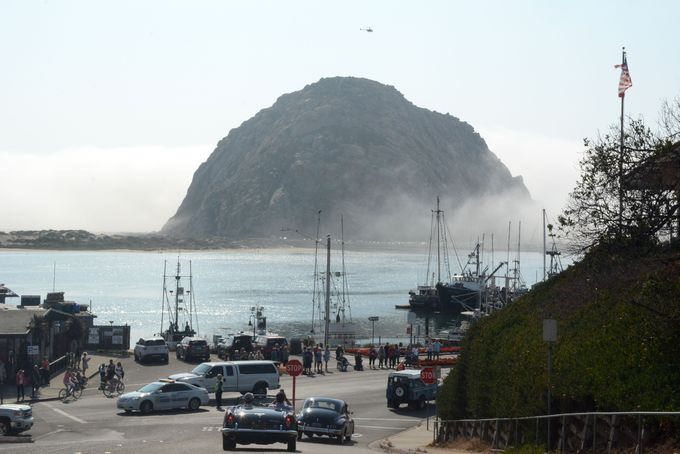 町のシンボル、丸い巨岩の「モロロック」を眺める