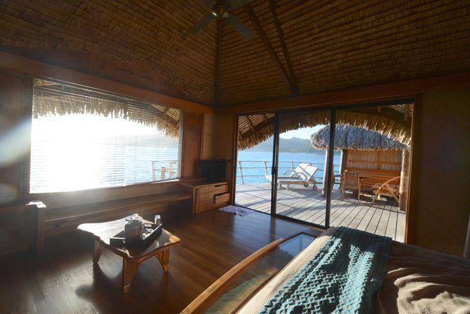 ポリネシアの伝統的な建築によるコテージ