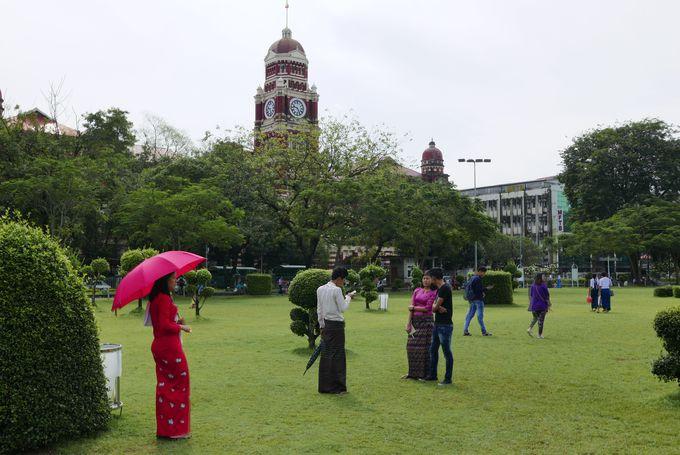 コロニアルな建物が集まるマハバンドゥーラ公園