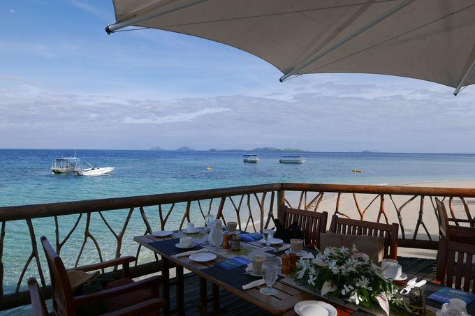 青い海を目の前にした気分爽快レストラン