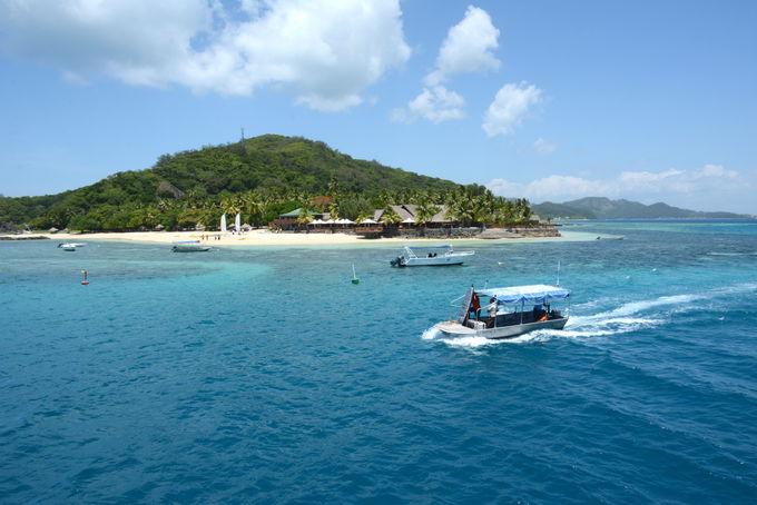 ターコイズブルーの海に浮かぶ島